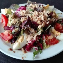 clasica en salada a base de mecla de brote, cebolla, tomate, atun, huevo duro,aderezada con nuestra vinagreta especial.
