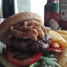 hambruguesa con tomate bacon queso azul y cebolla frita