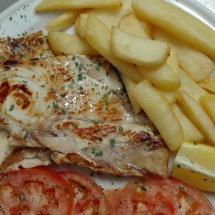 pollo con patatas y tomate natural
