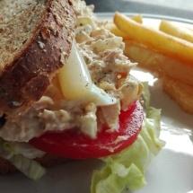 sandwich vegetal con atun tomate lechuga cebolla mahonesa huevo duro y esparrago