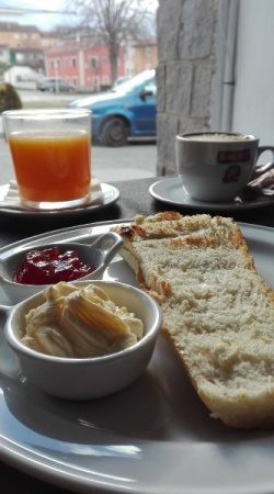 tosta caliente con cafe cafe y tumo natural
